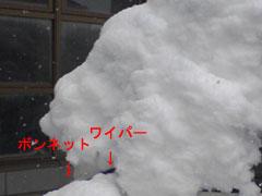 雪の積もった車。前面、横から